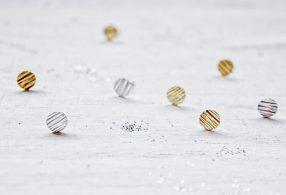 Pendientes Júpiter círculo con textura chapados en oro o chapados en rodio de Fauna y Flora joyería