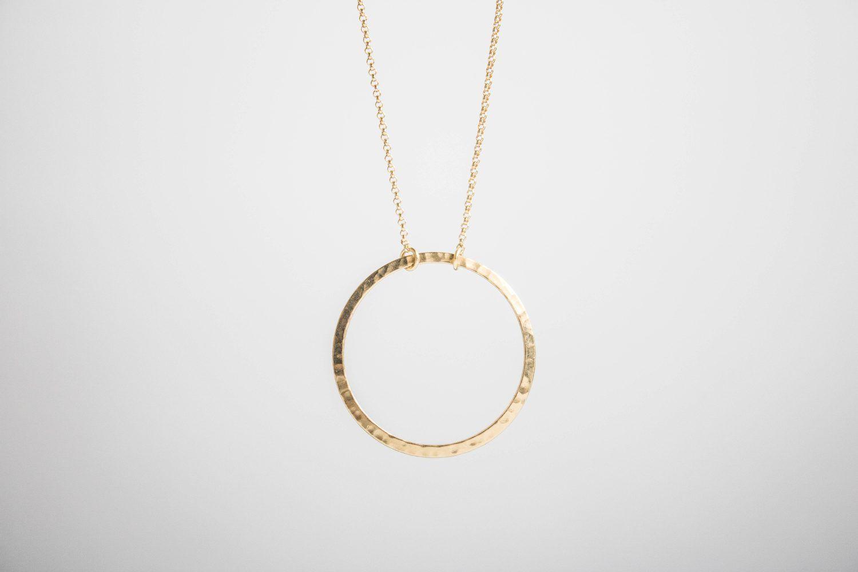 Collar en forma de círculo que simboliza el Cosmos de Fauna y Flora joyería inspirada en la naturaleza