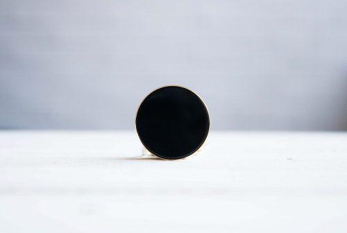 Collar de onix en forma de circulo negro de la marca Fauna y Flora joyas inspiradas en la naturaleza