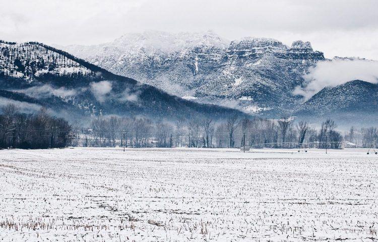 La Garrotxa montañas Puigsacalm nevadas en invierno
