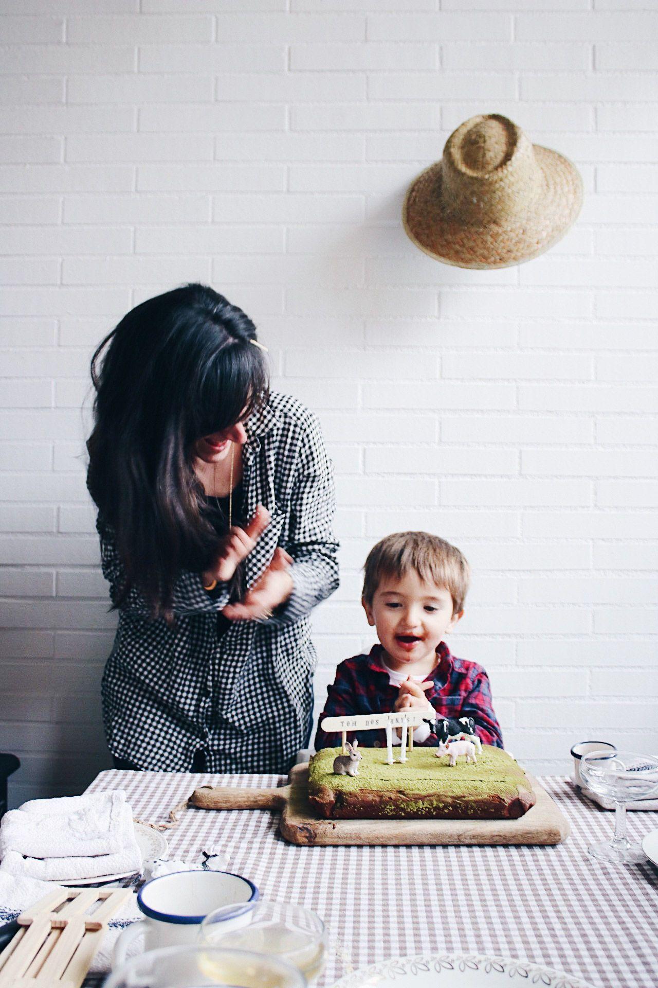 Fiesta de cumpleaños en la granja con brownie con te matcha