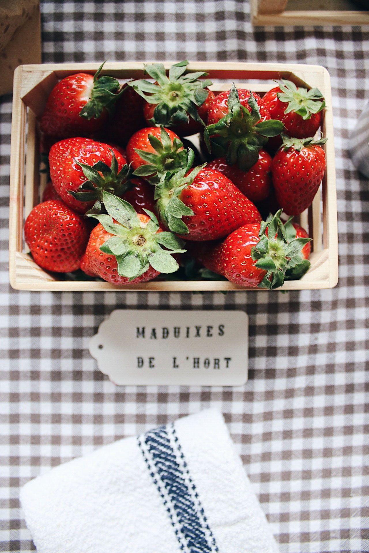Fresas de merienda en la fiesa y detalles de la fiesta de cumpleaños de Tom 2 años fiesta en la granja