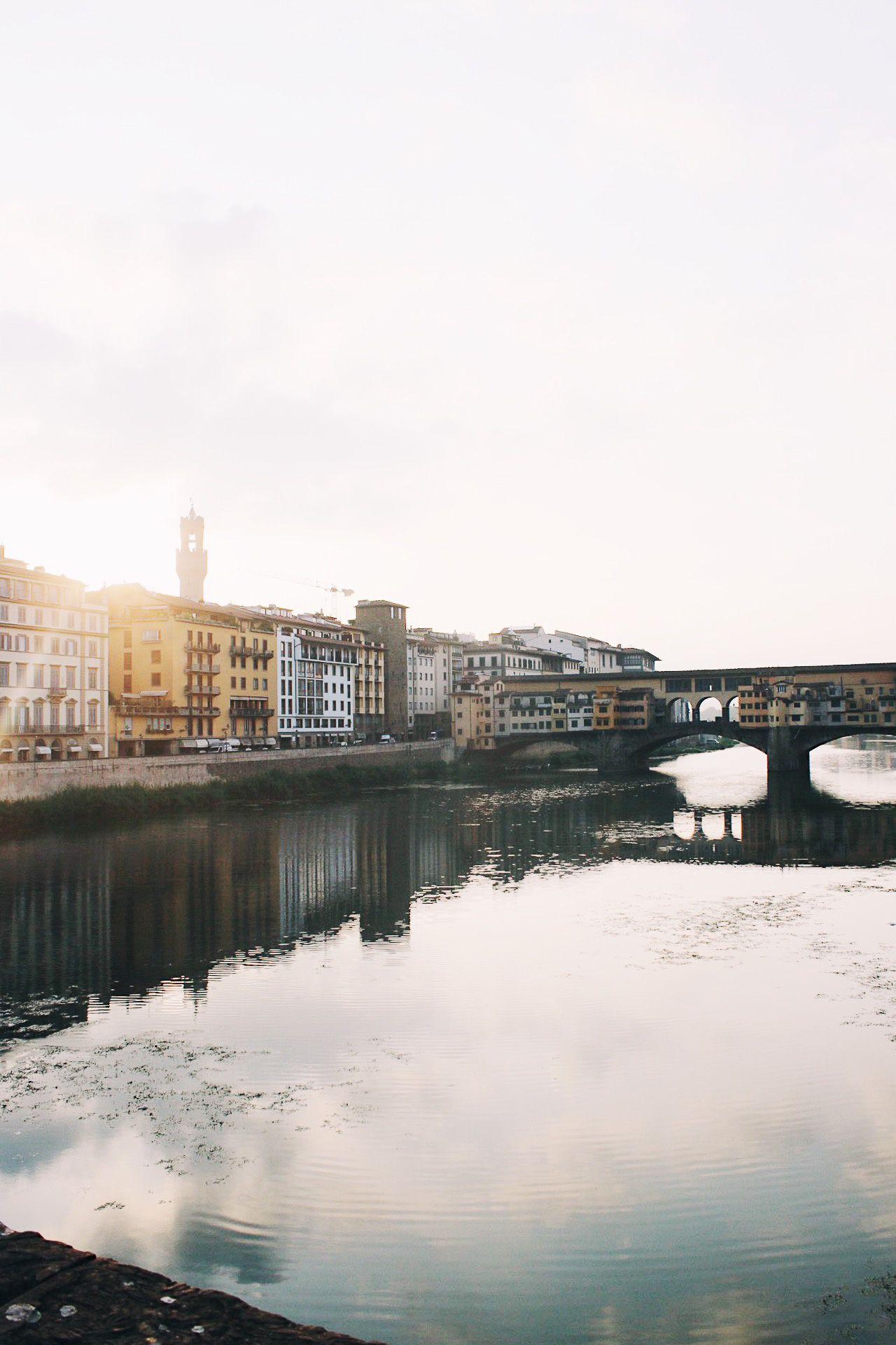 Florencia con niños el Ponte Vecchio al amanecer