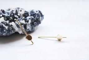 Pendientes Tiempo Diseño minimalista inspirado en un metrónomo. Chapado en oro de 18kt. Fauna y Flora