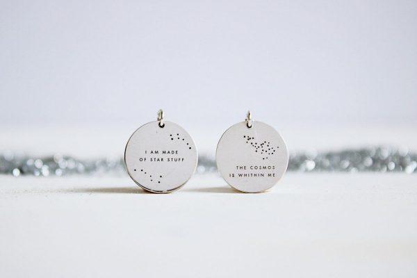 Fauna y Flora medalla de plata inspirada enlas frases del astrofísico Carl Sagan, somos polvo de estrellas