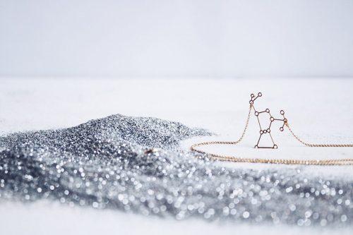 Colgante constelación Orión. Diseñado por Fauna y Flora. Chapado en oro de 18kt