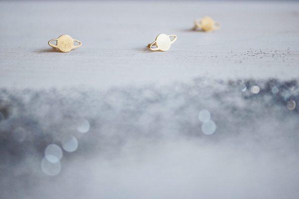 Fauna y Flora Pendientes Saturno planeta Chapado en oro de 18kt y libre de níquel y plomo