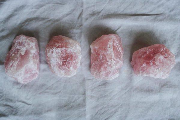 Piedras de cuarzo rosa natural, minerales de la colección Selected Crystals de Fauna y Flora
