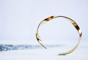 Brazalete dorado de diseño minimalista de Fauna y Flora