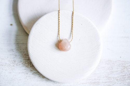 Colgante de piedra natural en forma de gota de color rosa dede Fauna y Flora