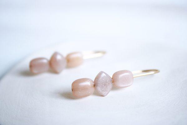 Pendientes de gancho de mineral Piedra Sol de color rosa de la marca Fauna y Flora