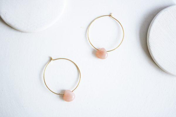 Pendientes dorados de aro con mineral Piedra Sol natural de color rosa sin niquel ni plomo de Fauna y Flora