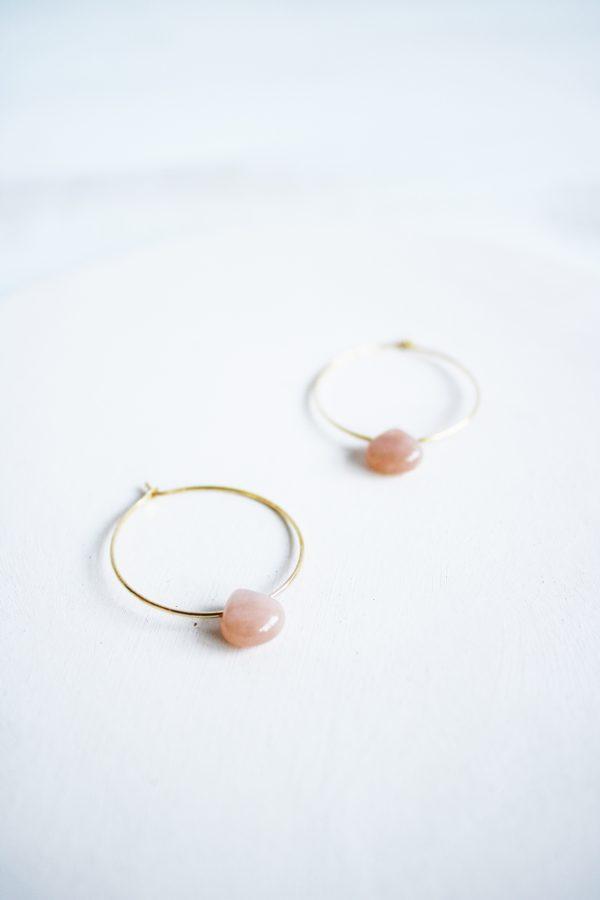 Pendientes de aro con piedras naturales piedra sol en forma de gota de color rosa de Fauna y Flora